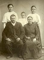 This is Grandma (Kivistö) Hakanen's parents with Grandma's sisters the one on the right is the grandmother of our cousins